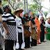 Pakai Kostum Khas Pedagang Pasar Songgolangit Mengikuti Upacara HUT RI ke-70