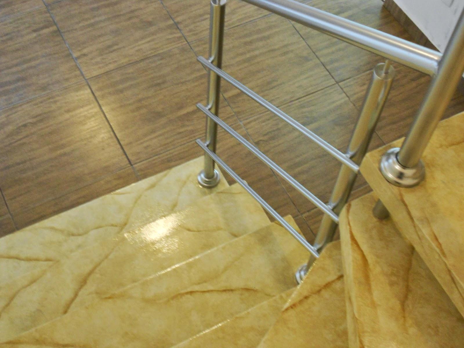 Escada marmorizada com Corrimão Cromado.