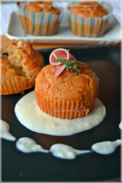 muffin con toma e prosciutto su crema di taleggio alle carote per la  fiera della toma di condove