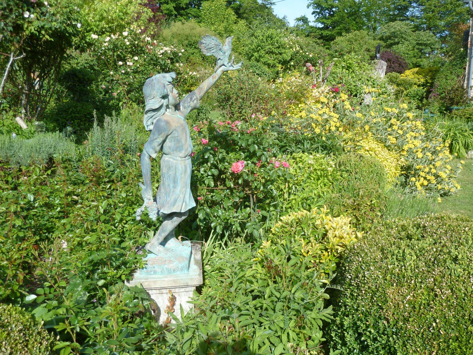 Petite fille en bronze avec l'oiseau