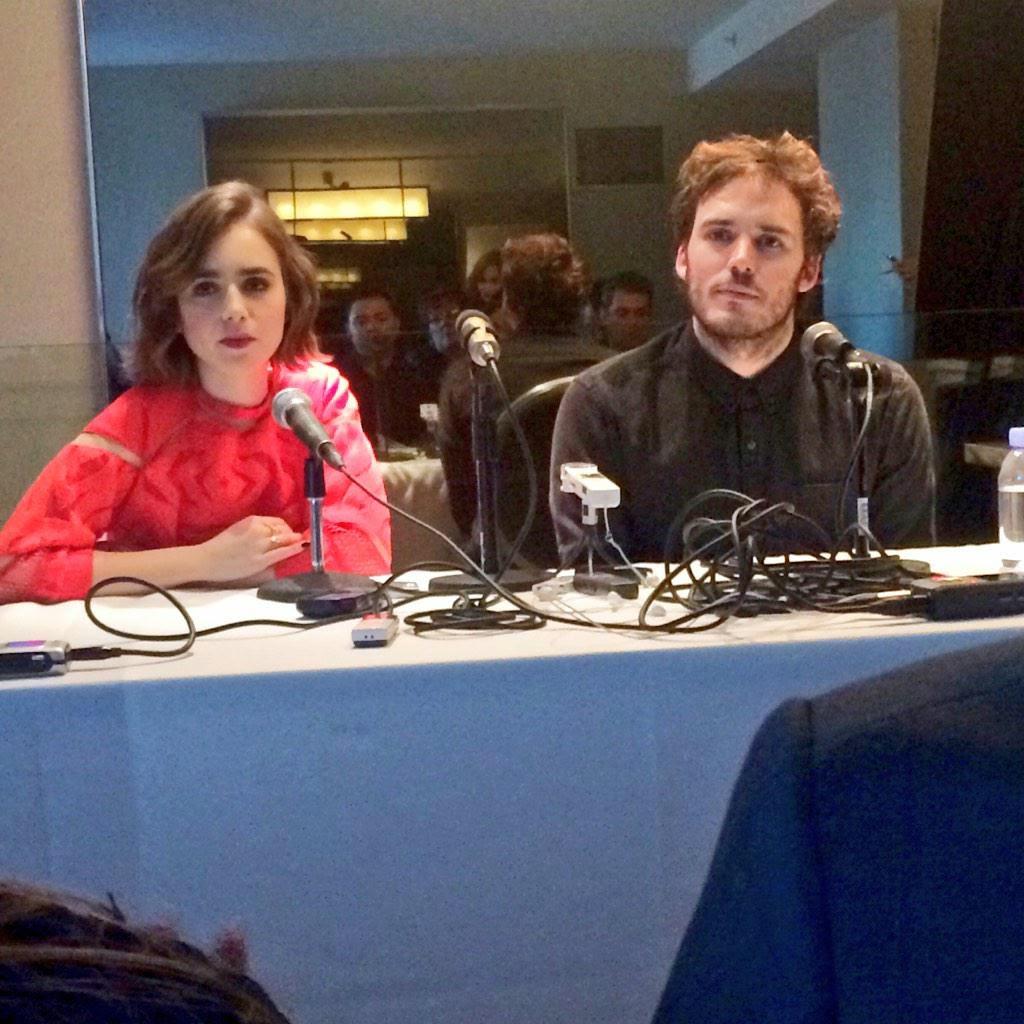Sam Claflin y Lily Collins en la Conferencia de Prensa de ...