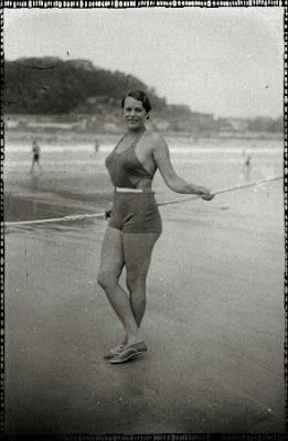foto antigua de mujer bañista en playa de san sebastian
