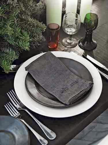 Świąteczna dekoracja talerzy na stole
