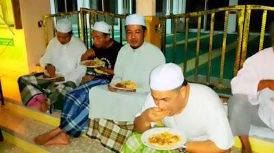 GAMBAR Sultan Kelantan [Sultan Muhammad V] Yang Menarik Qiam Sempena Ramadhan | Sahur Bersama Rakyat Di atas Tangga Masjid