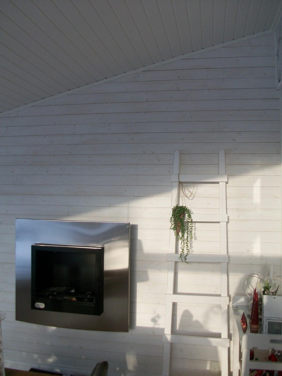 Annica: vitvaxad furupanel från södra interiör