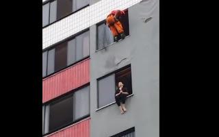 Mujer quiere sucidarse y bombero la salva de una patada