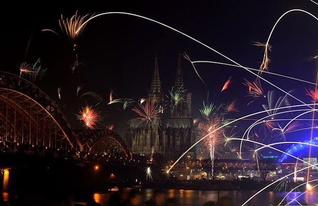 Огни фейерверка на фоне Кёльнского собора.