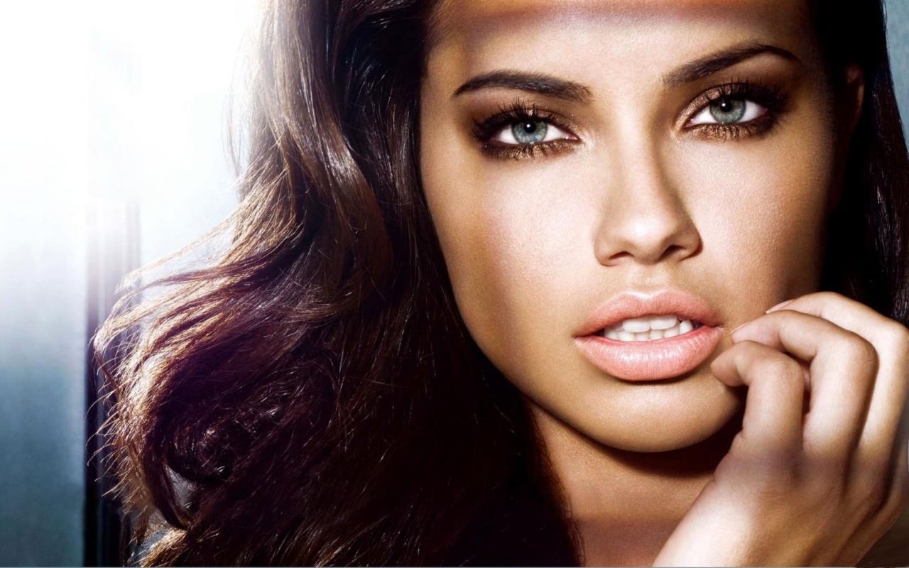 http://1.bp.blogspot.com/-gt97iNe8Vfk/URlpVI0i9AI/AAAAAAAADr8/eEmqHZOp2Y4/s1600/adriana-lima-close-up-1280x800.jpg