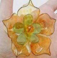 http://mundo-manualidades.com/como-hacer-flores-con-botellas-de-plastico.html