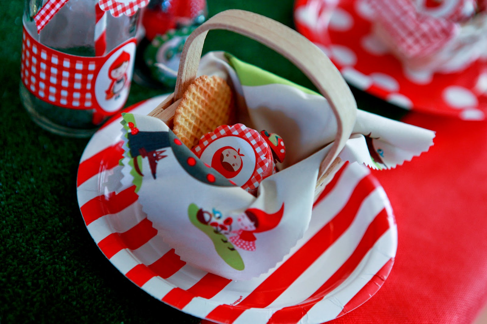 Assiettes rouges thème Chaperon Rouge