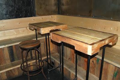 Interiores de restaurante hechos de for Muebles para pub