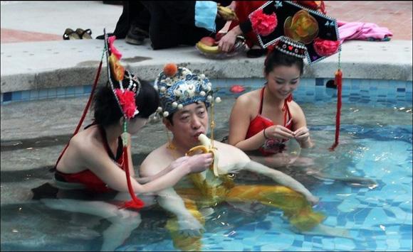 [Chuyện Lạ] - Chi gần 400 triệu để được tắm với hàng chục hot girls như hoàng đế 2