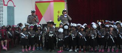 Anak TK Darussalam bersama polisi OKU Selatan