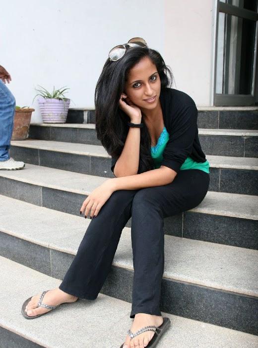 aasheekaa kick ileana sister unseen pics