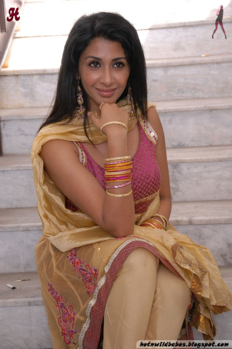of Iyer Cleavage Exposed In A Golden Pink Salwar Desi Nude Aunty
