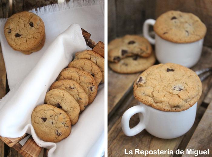 Dos fotografías forman parte de esta imagen.En una de ellas se ve desde perspectiva aérea unas galletas dentro de una caja de madera y alguna galleta mas apilada al lado y en la otra imagen varias tazas de café , donde varias galletas estan montadas encima de las tazas.