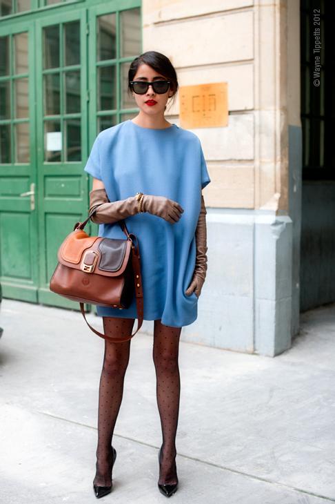 Vestido azul claro con medias negras