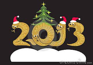 2013 con gorros de navidad y un pino