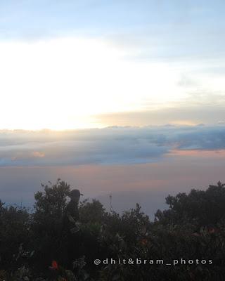 Indahnya sunrise di puncak Hargo dhumilah gunung lawu