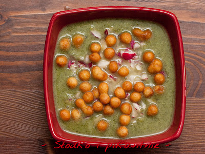 Gotowa zupa z liści rzodkiewki z groszkiem ptysiowym