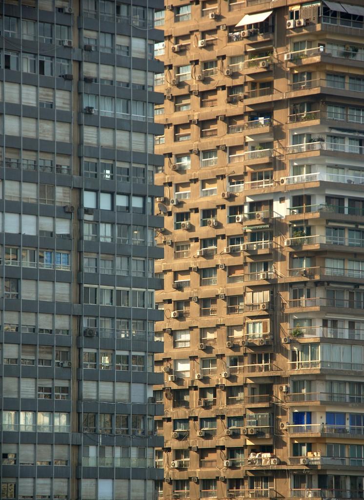 Qual dos dois prédios está na frente?