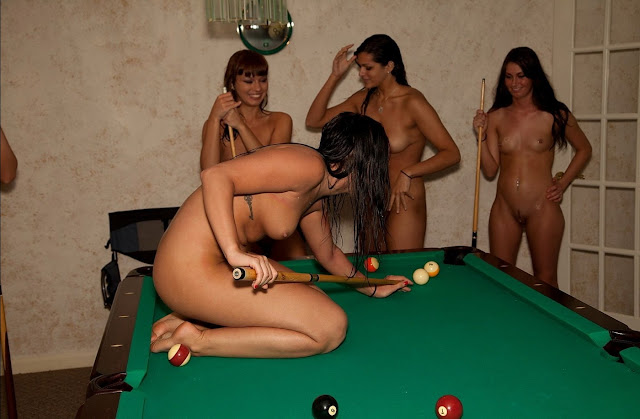 Gostosa jogando sinuca pelada