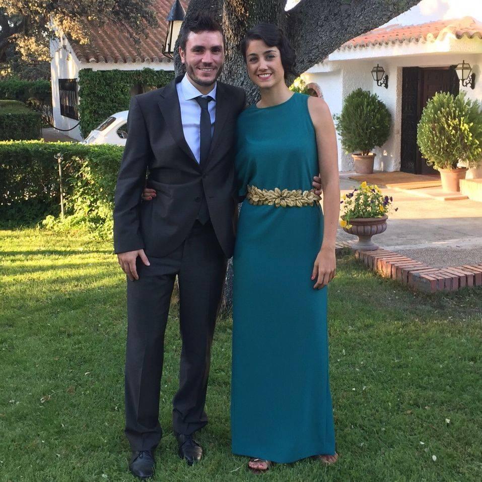 Henar con vestido asimétrico esmeralda Dresseos y cinturón con hojas  doradas Verdemint 4bdf96443713