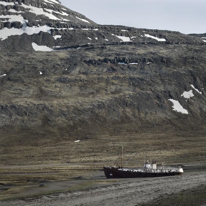 http://1.bp.blogspot.com/-gznEyWihmX4/UTZ7eGgTc4I/AAAAAAAABMo/Rd-Nw-qV8j4/s1600/beached_ship_westfjords_01_iceland_peter_bakacsi.jpg