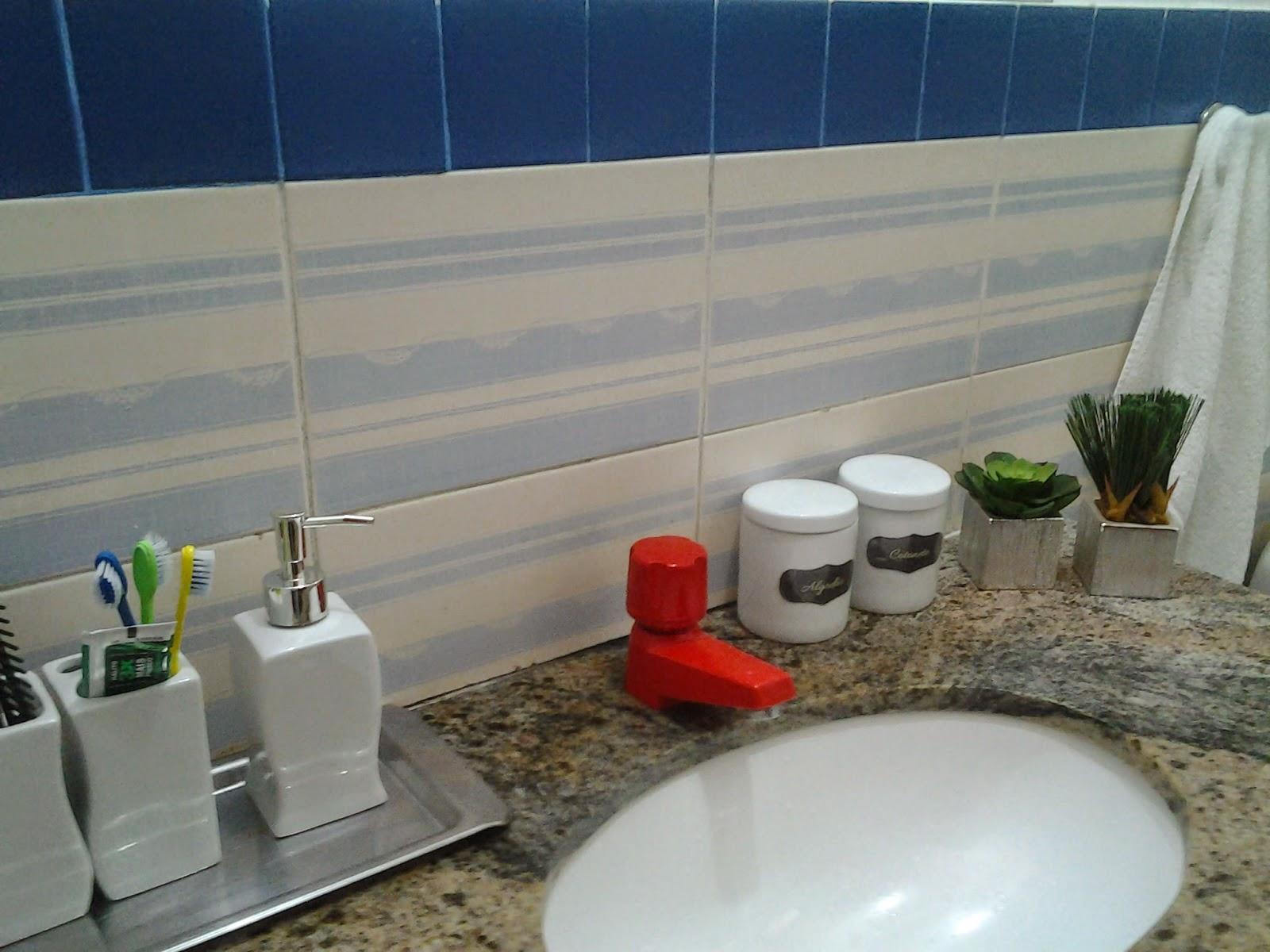 Como os dois potes que armazenam algodão e cotonetes são iguais e  #6B3224 1600x1200 Banheiro Bbb 2014