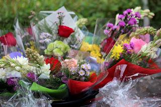 Katakan cinta suka duka dengan bunga