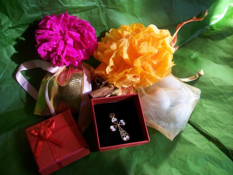 Sacchetti per Bomboniere con fiori fatti a mano e stecchette di cannella+ scatolina rossa e croce