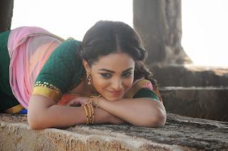 Nitya menon in Cute Saree Romantic Stills from movie Nee Naan Naam