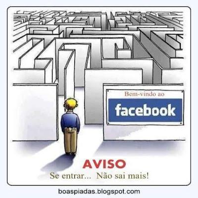 Cartaz mostra pessoa à frente da entrada do Facebook, como o alerta de perigo e os dizeres Cuidado: Se entrar... Não sai mais!