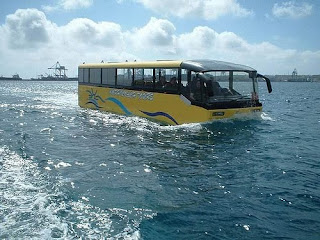 autobus anfibio en el mar