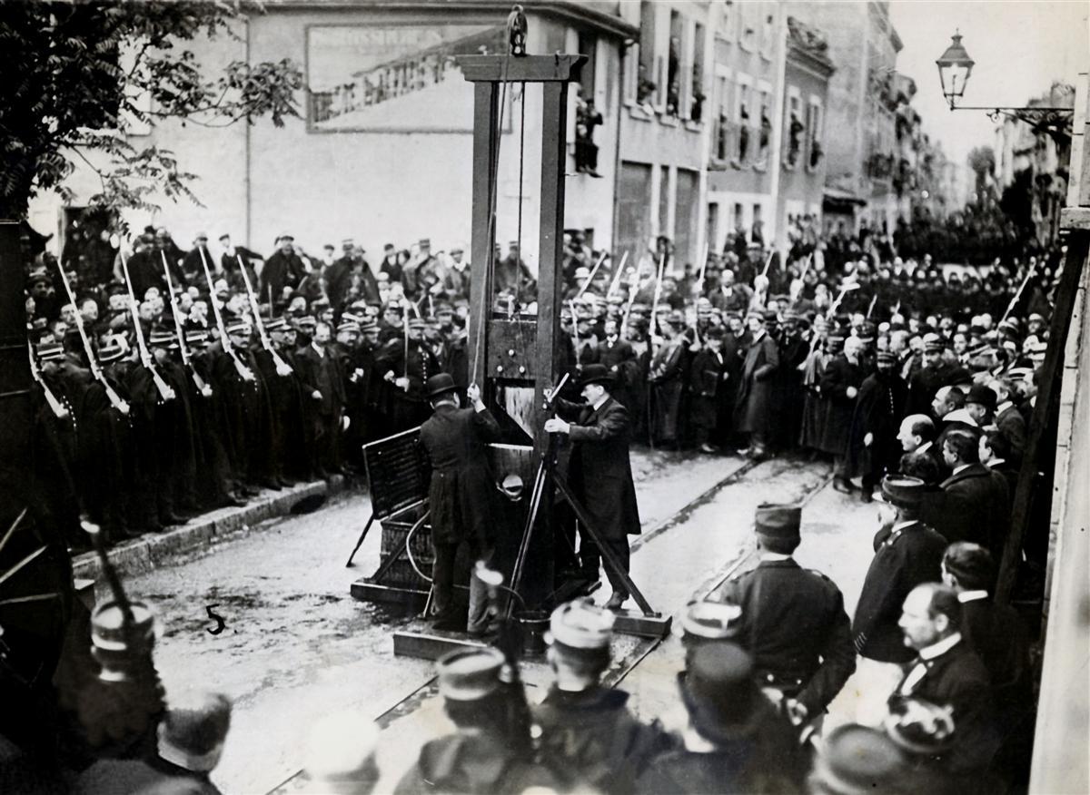 La guillotine est désormais dressée à quelques mètres de la porte  principale de la prison.