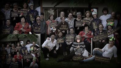 Foto grupal con cartelitos alusivos y accesorios