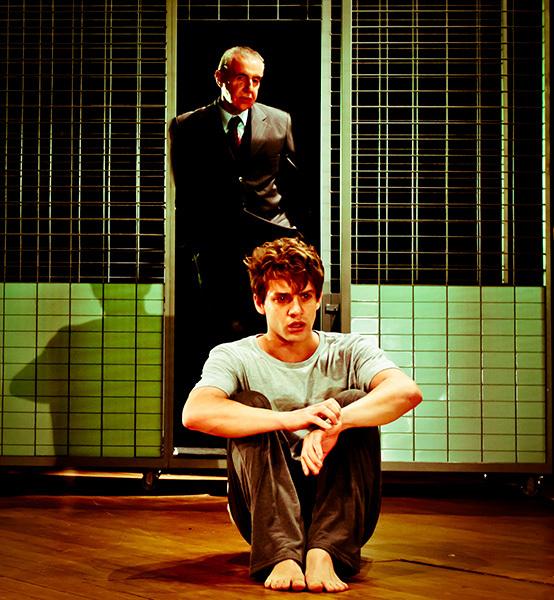 O psiquiatra Marti Dysart (Elias Andreato) em conversa com Alan Strung (Leonardo Miggiorin)