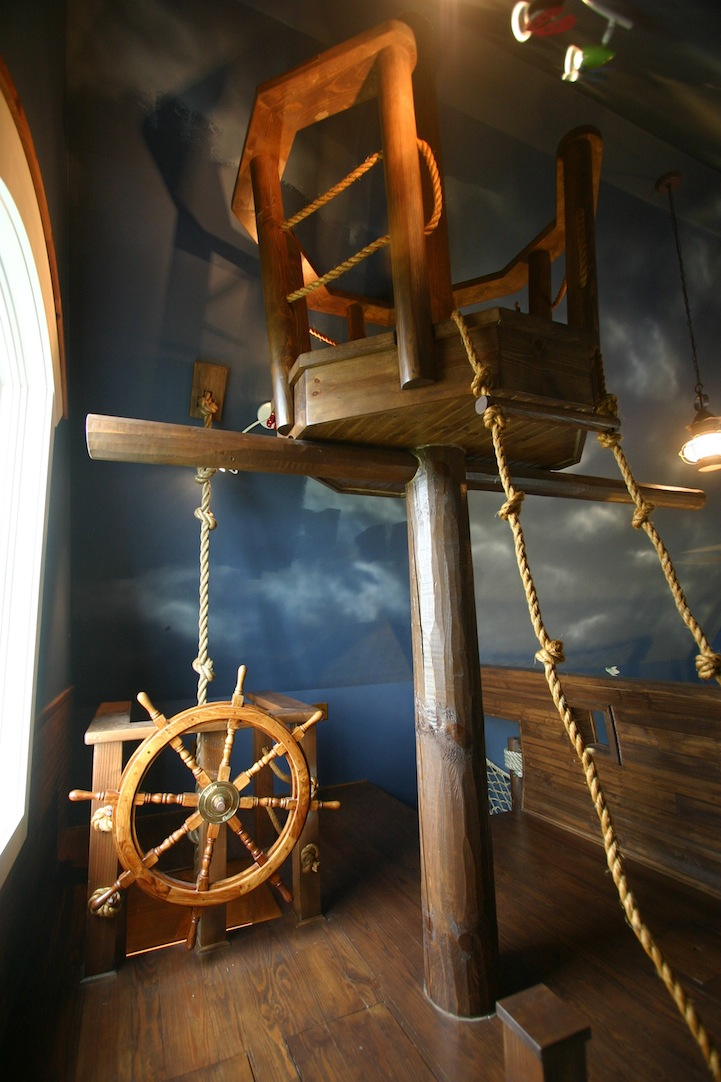 Jedlel and Dramatic Critic: Ultimate Pirate Ship Bedroom
