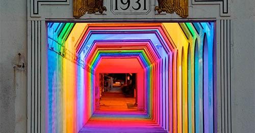 潜在的に危険な領域になっていた暗いトンネルを、アーティスティックな照明で解決策を図ろうと立ち上がったアラバマ州バーミンガムのアールデコ調鉄道地下道