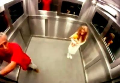 hombre vestido de rojo asustado por una niña fantasma