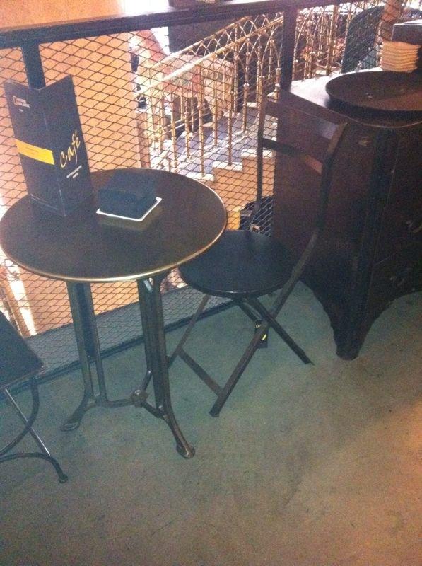 Mesas y sillas en metal de estilo industrial en hierro y madera envejecida proyectos de - Mesas vintage madrid ...