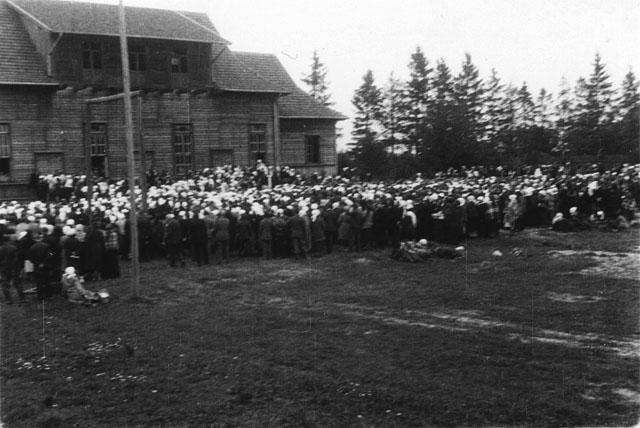 Końskie, uroczystości przed Sokolnią. Fotografia z początku lat trzydziestych XX wieku. Fot. z kolekcji KW