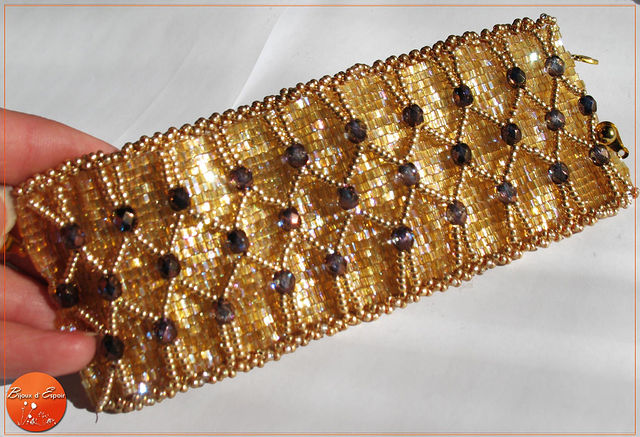 Браслет изготовлен из чешского бисера