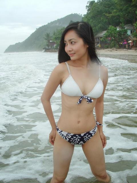 Foto cewek abg memakai bikini di pantai