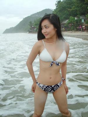 Aksi Cewek ABG dengan Bikini Seksi di Pantai
