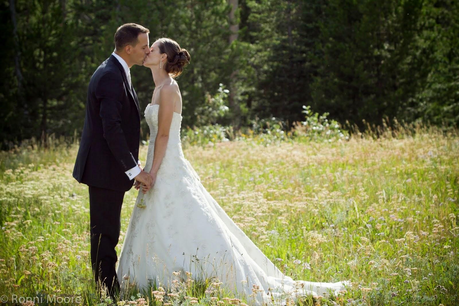 Romantic wedding wallpaper - Romantic wedding kiss