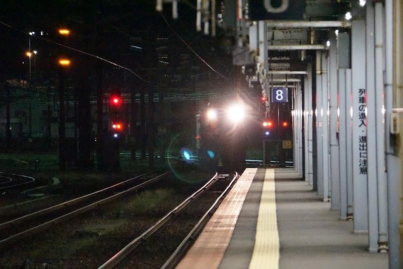 函館駅ホーム手前で停止するED79形