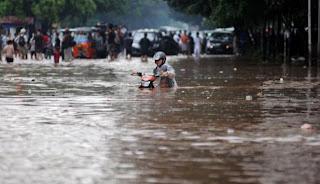 Gambar motor lewat Banjir Jakarta 2013