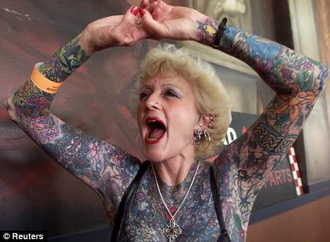 Nenek 75 Tahun Menjadi Pemegang Rekor Tato Terbanyak