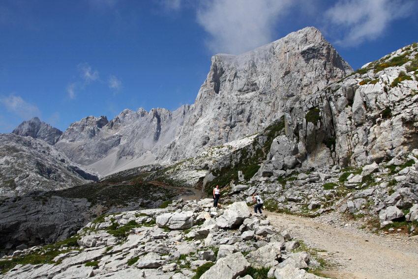 Paisagem com a montanha em fundo e um homem a fotografar uma mulher